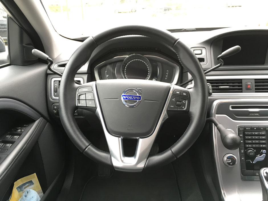 Accélérateur à droite par manette à baisser et frein à la main à pousser Accélérateur à gauche par manette à baisser au volant et frein à la main à baisser Accélérateur mécanique au volant et frein à main gauche a pousser Poignée de frein à la main à pous
