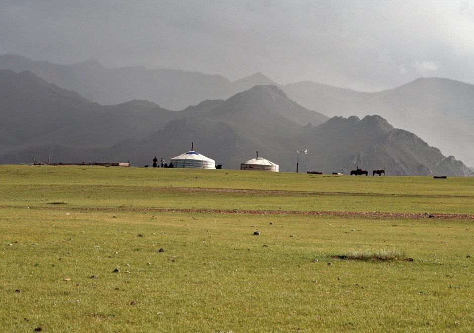 Am Rande des Altai - Gebirges, Jurte/Ger mit Bewohnern