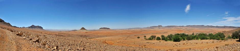 Traumhafte Landschaft im Herz des Antiatlas, Oasen, Pisten, weite Ebene, bunte Farben