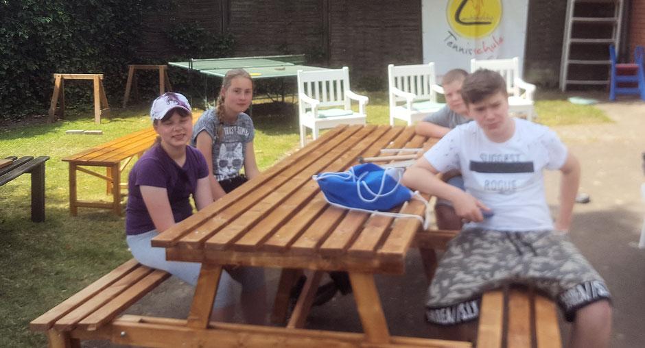 Fertig ! An zwei Tagen wurde für die Tennisabteilung von Turo Darfeld eine neue Tischbank geschliffen, gestrichen und  gebaut ! Super