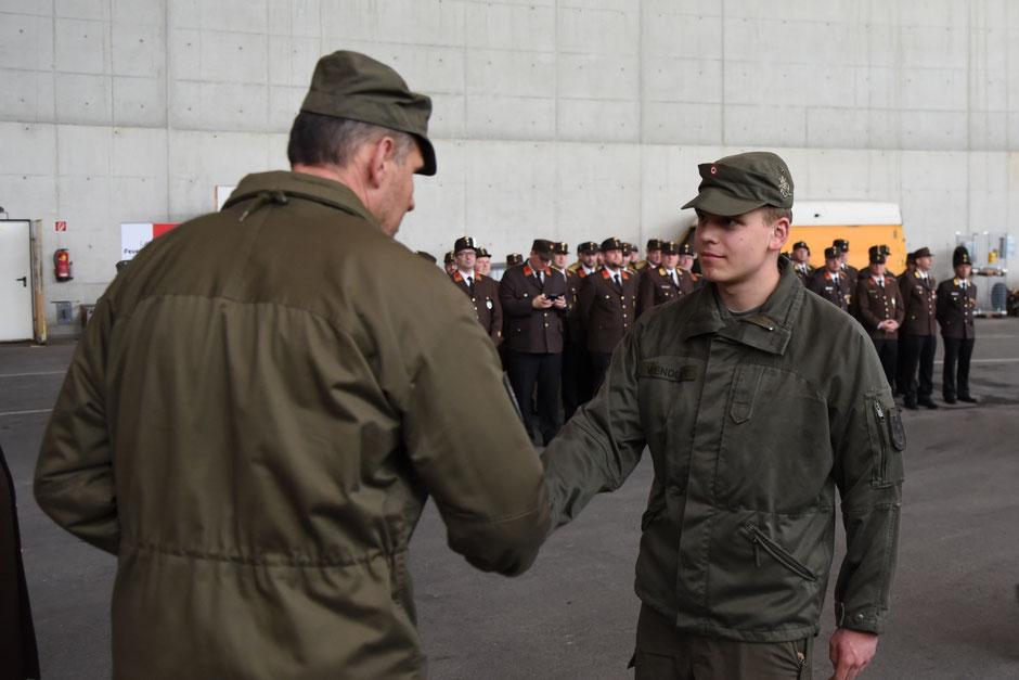 FM Dominik Wendler nimmt von Bataillonskommandant Oberst Peter Nuderscher die Urkunden entgegen