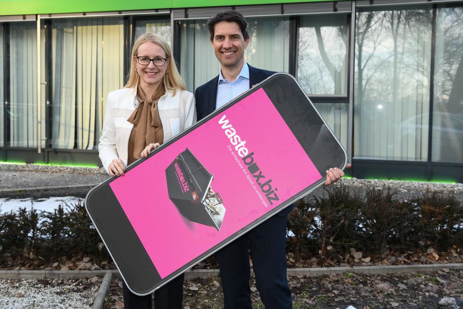 Für Ministerin Margarete Schramböck ist wastebox.biz ein gelungenes Beispiel dafür, wie die Digitalisierung auch in die klassische Industrie einzieht (im Bild mit Ralf Mittermayr, Sprecher des Vorstandes Saubermacher). Foto: Saubermacher/ pixelmaker ©