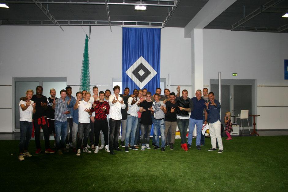 Der Hamburger Zauberer Kevin Köneke mit dem HSV Fußball Bundesliga Team