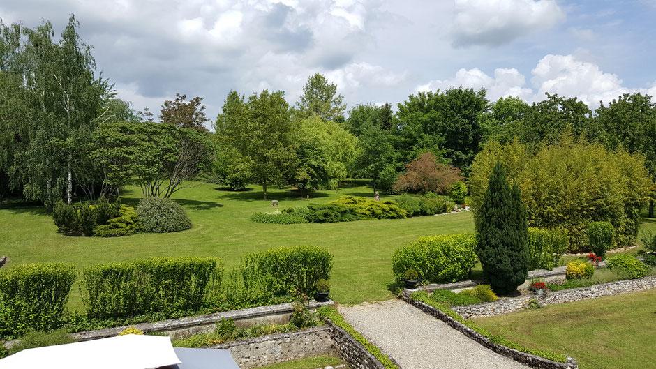 vue du jardin paysager du premier etage de la maison