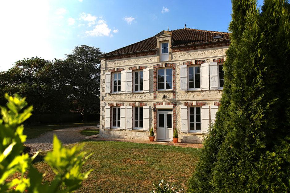 Façade de la maison, demeure du 19e siècle avec le jardin autour. Chambre d'hôtes. Vieilles pierres. Provins Gouaix Flamboin