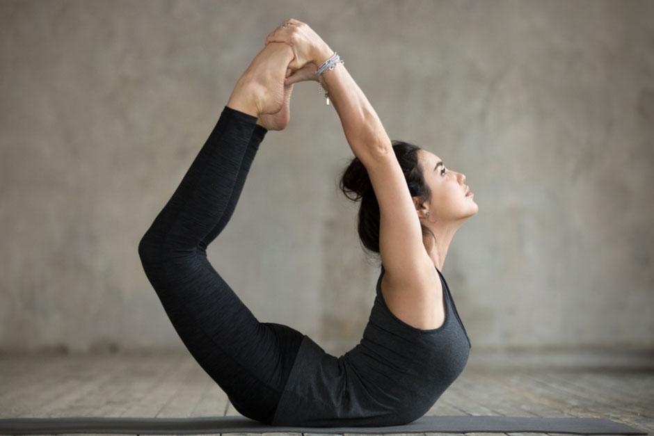 Die heilsamen Wirkungen von Dhanurasana - Der Bogen. Yoga Akademie Nürnberg angelika maria häbel