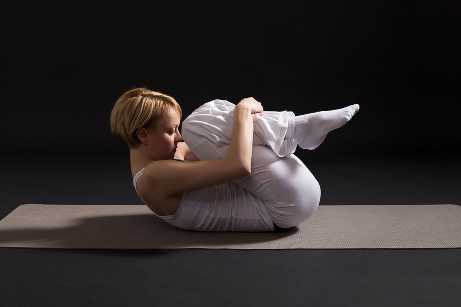 Die heilsame Wirkung von Apanasana - Die Kopf-Knie-Stellung. YOGA AKADEMIE NÜRNBERG Yogalehrer Ausbildungen, Yoga Retreats