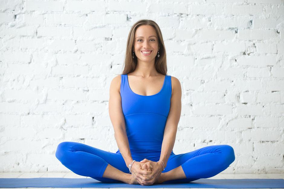Wirkungen von Baddha Konasana - Der Schmetterling oder auch Geschlossener Winkel - YOGA AKADEMIE NÜRNBERG Yogalehrer Ausbildung, Yoga Retreats