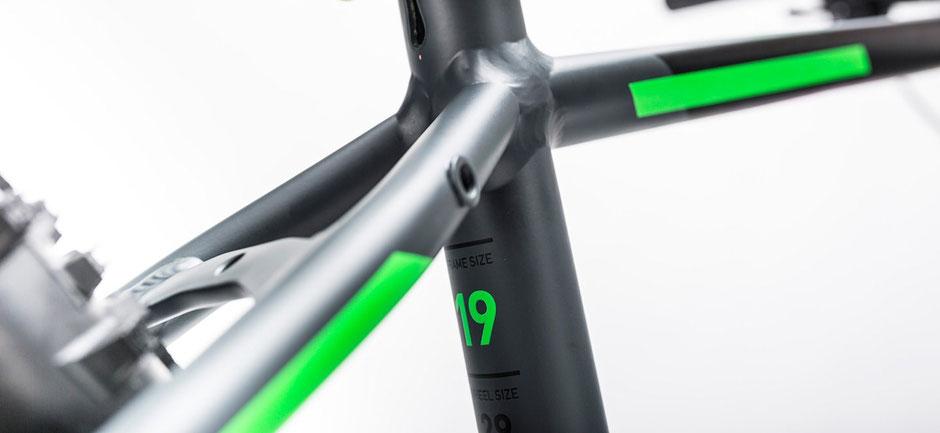 Normalmente las tallas de las bicicletas las puedes encontrar en el tubo vertical, ya sea adelante o atrás. (Puede variar según la marca)