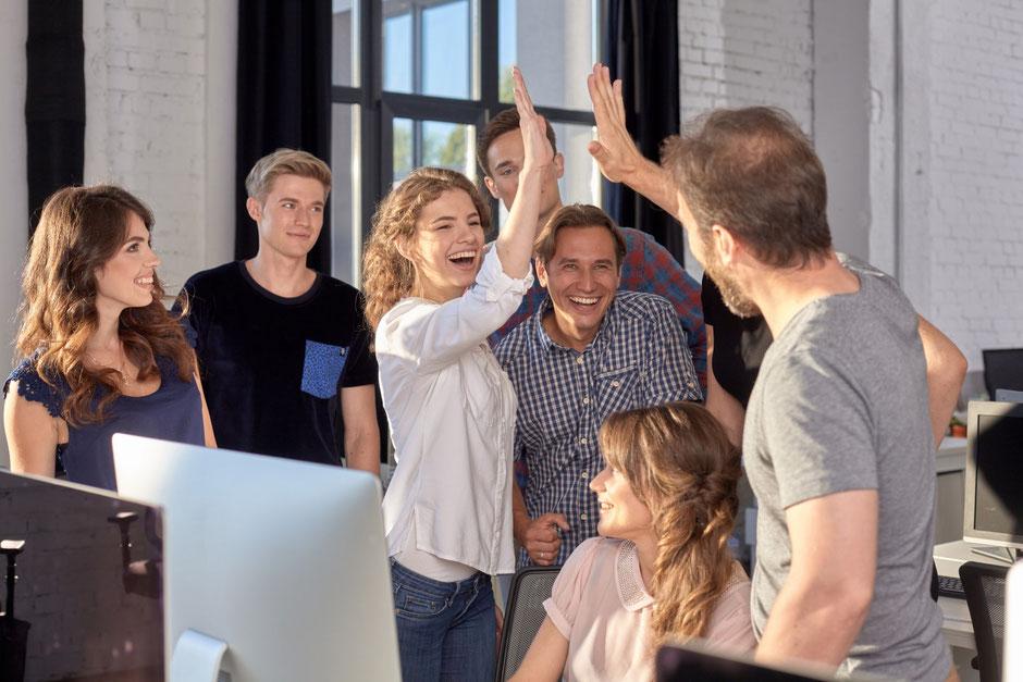 オフィスで歓喜する従業員たち