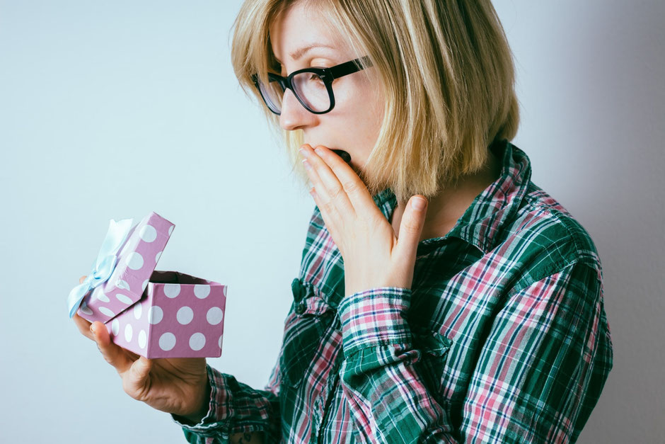 プレゼントに驚く女性