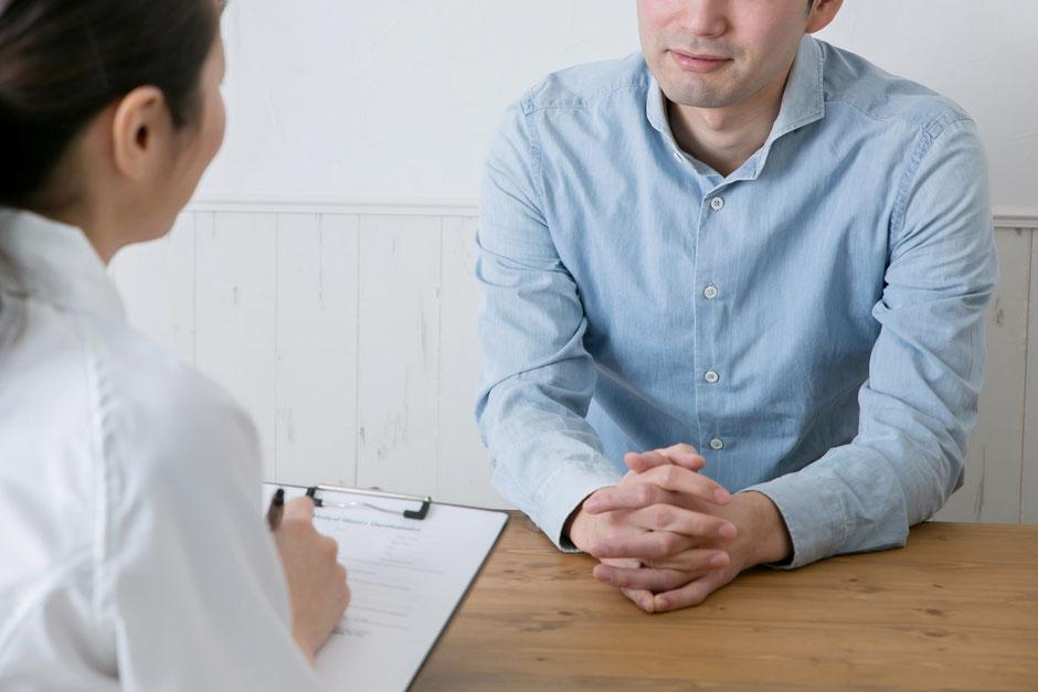 問診をする看護師と患者