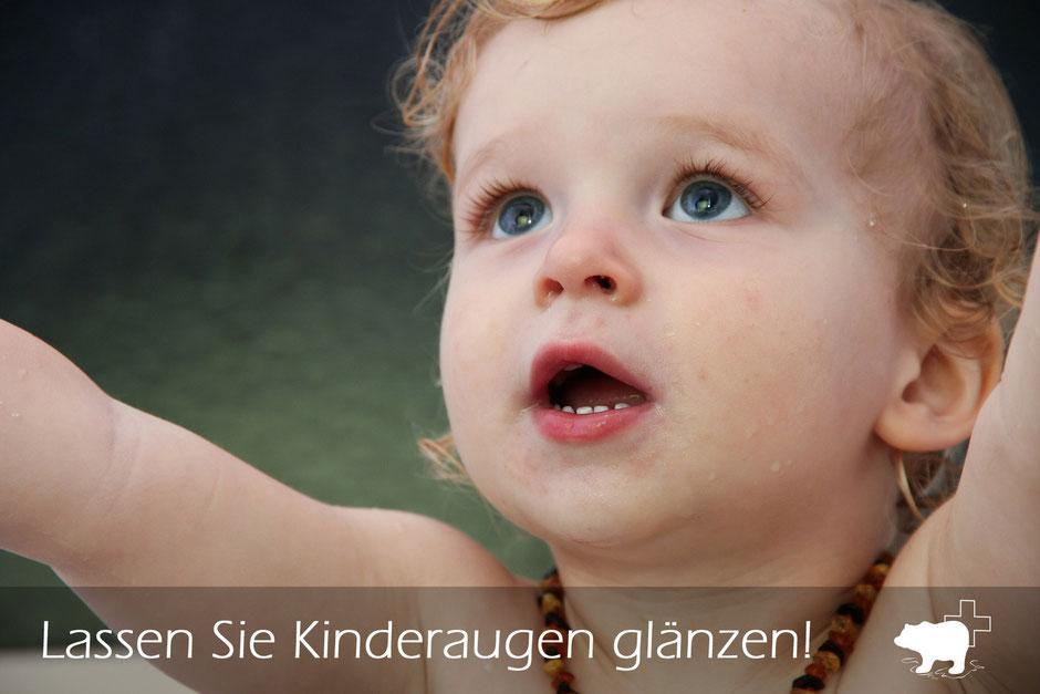 Säugling dessen Augen glänzen dieses Kleinkind bewundert die Welt und hat freude am Spielen