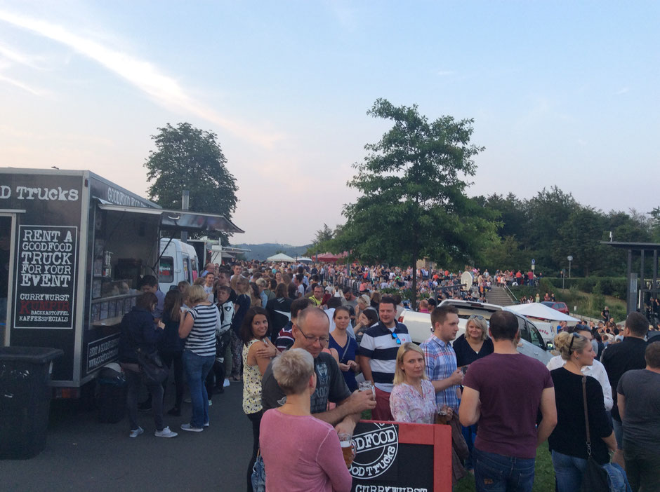 Menschenmenge am GOODFOOD FOOD TRUCK