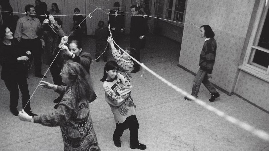 """Foto einer Aktion im Rahmen der Ausstellung """"Mannsbilder"""" in der Galerie Trespe 1995"""