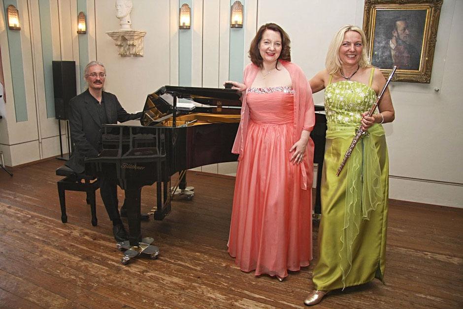 Von links nach rechts: Stephan König, Birgit Wesolek und Brunhild Fischer beim Schattenklang III in der Alten Nikolaischule. Foto: Manuela Kaliske