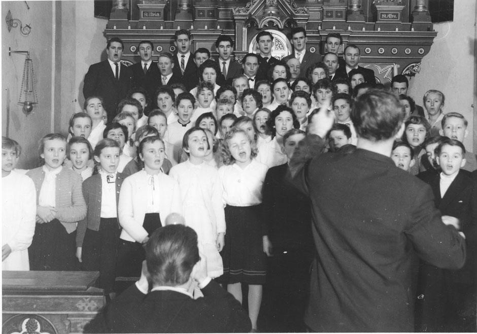 Weihnachtssingen 1957 in der Pfarrkirche Wielenbach zusammen mit dem Kinderchor der hiesigen Volksschule; Leitung: Fritz Küster