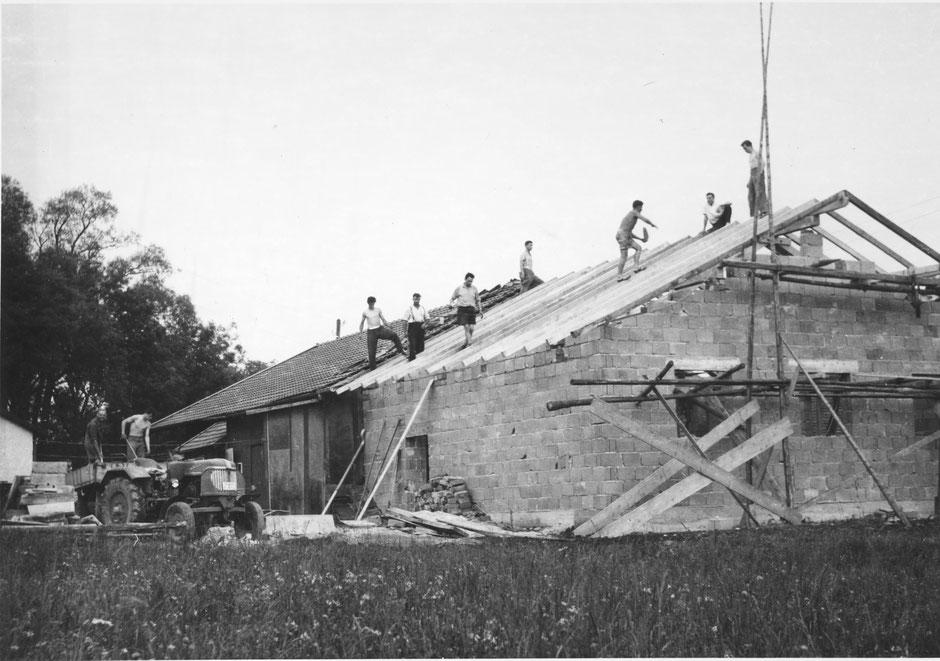 """Mai 1958: Anbau eines """"Bühnenhauses"""" an die Gerätehalle der Gemeinde Wielenbach"""