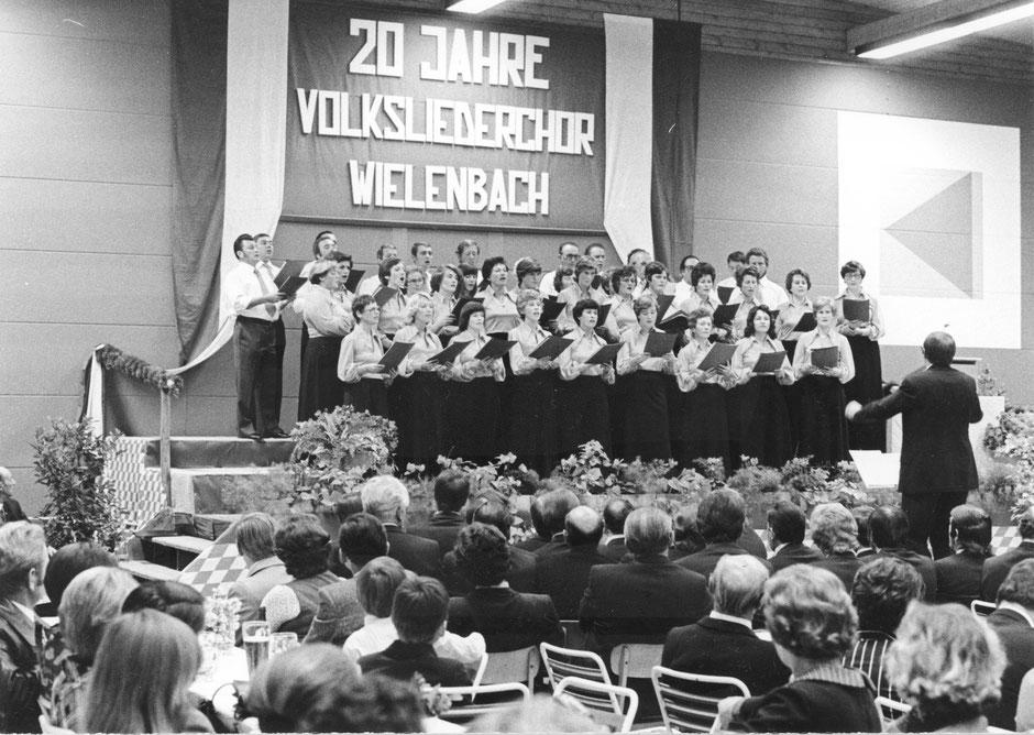 23. Oktober1976: 20 Jahre Volksliederchor, das erste Konzert in der Turnhalle