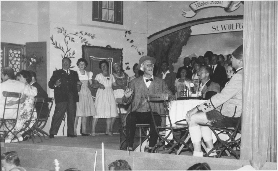 """Juni 1960: Szene mit Professor Hinzelmann (B. Schwalb) und Wilhelm Giesecke, Fabrikant (Sepp März) in der Operette """"Im Weißen Rössl"""""""