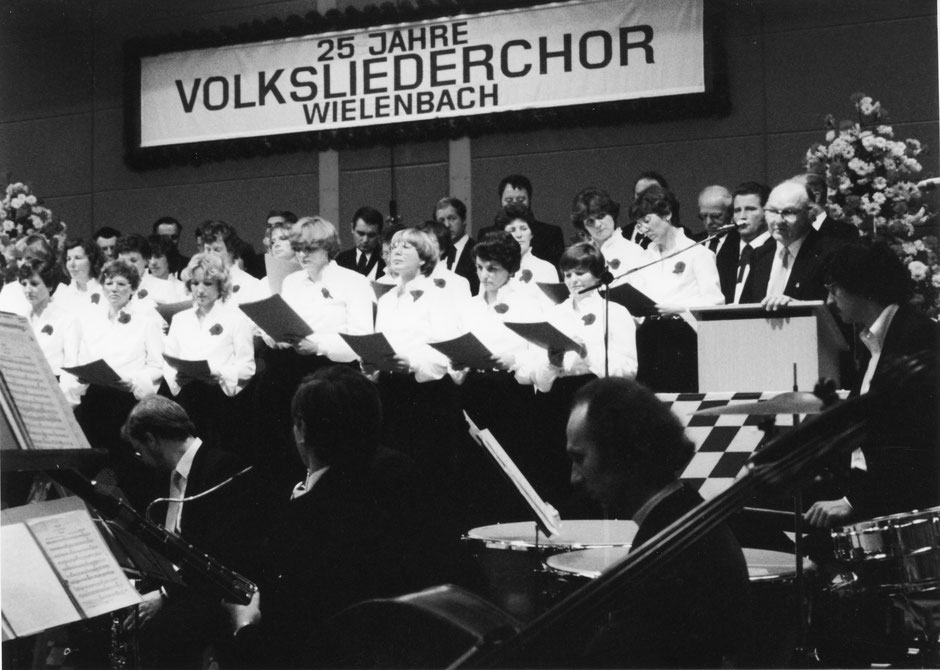 14.11.1981: Jubiläumskonzert 25 Jahre Volksliederchor Wielen¬bach mit dem Orchester der Stadt Schongau. Am Mikrofon Sepp März