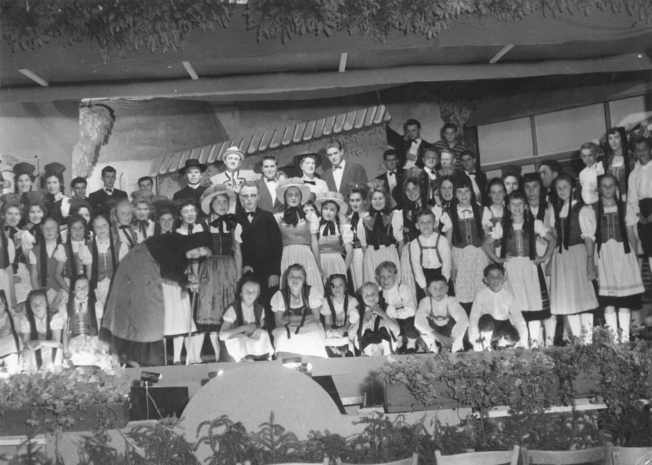 """Juli 1958: Darsteller einschl. Kinderchor in der Operette """"Schwarzwaldmädel"""" mit der  """"alten Traudl"""""""