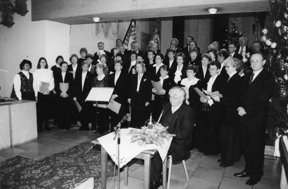 26. Dezember 1996: Weihnachtssingen in der Pfarrkirche Wie-lenbach zu Gunsten der Renovierung der Wilzhofener Pfarrkirche. Sitzend: Pfarrer Schönmetzler