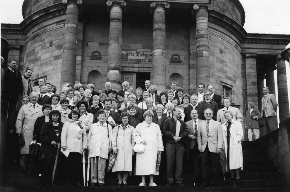 17./18. September 1994: Chorausflug nach Stuttgart-Zuffenhausen; Gruppenfoto vor der Grabkapelle Königs Wilhelm I und seiner Gemahlin Katharina auf dem Württemberg bei Stgt-Rotenberg