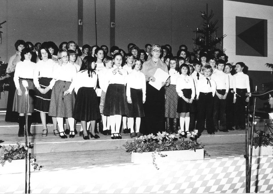 26. Dezember 1978:Weihnachtskonzert mit dem Kinderchor der Volksschule in der Turnhalle. Solistin: Margarethe Rill