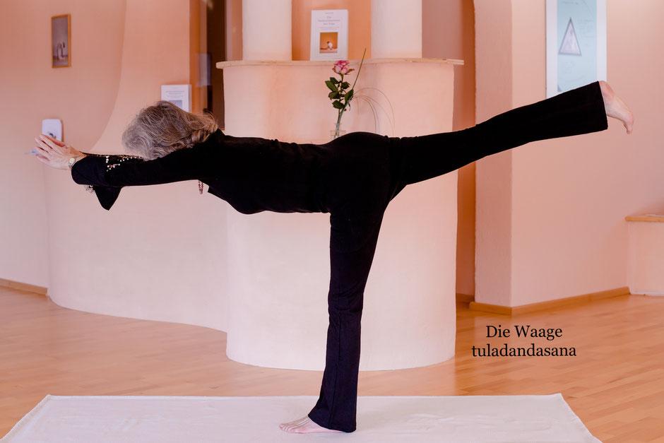 Aus der untersten Wirbelsäule gleitet die Bewegung entschlossen und dynamisch in die Horizontale.