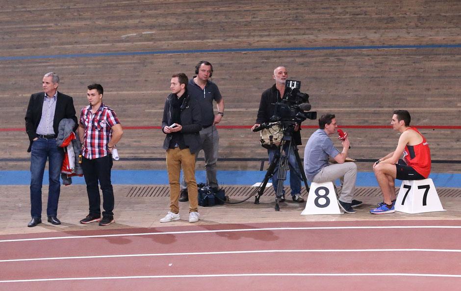  Andreas Vojta beim ORF-Interview nach dem Rennen (ganz rechts), ganz links VCM-Organisator Wolfgang Konrad mit Meeting Organisator Florian Holecek.