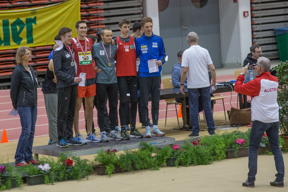 Siegerehrung für den 3000m-Lauf der Männer. Ganz links ÖLV-Präsidentin Spendelhofer, dann Innerhofer, Vojta, Sinn, Theuer und Schmid - fotografierend (de facto) ÖLV-Sportdirektor Hannes Gruber