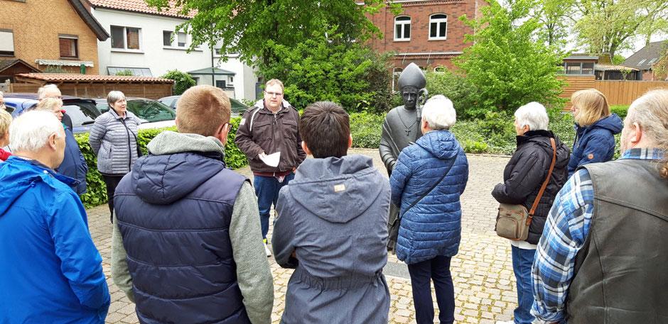 Johannes Leushacke startet an der Kirche St. Vitus den Stadtrundgang - Foto: HPD