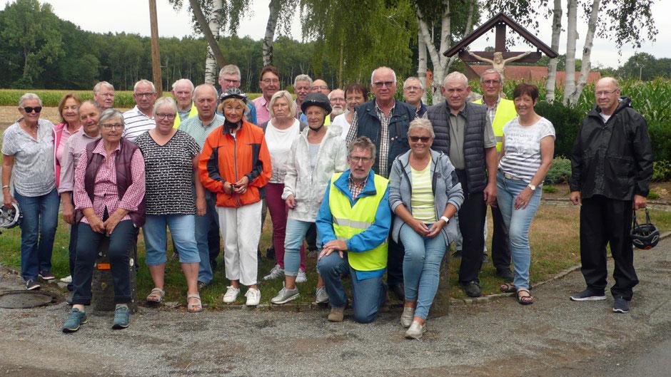 Gruppenfoto auf dem Weg zur Schlosskapelle - Foto: Theo Sander