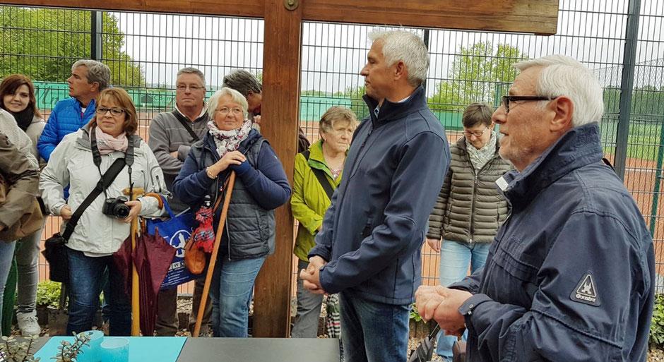 Theo Watermeier, stellv. Vorsitzender des Heimatvereins, und Wilhelm Sendermann, Bürgermeister, begrüßen die Baumpaten - Foto: Heimatverein