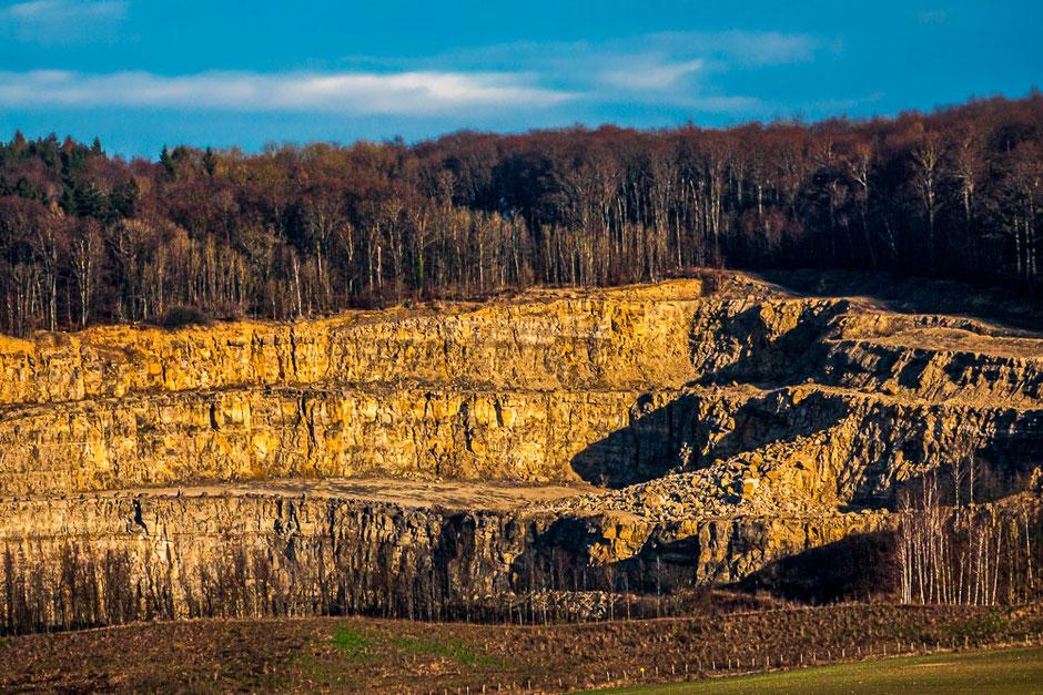 Foto oben: in weiter Ferne ist vom Parkplatz aus der Steinbruch von Salzhemmendorf erkennbar (Teleaufnahme)