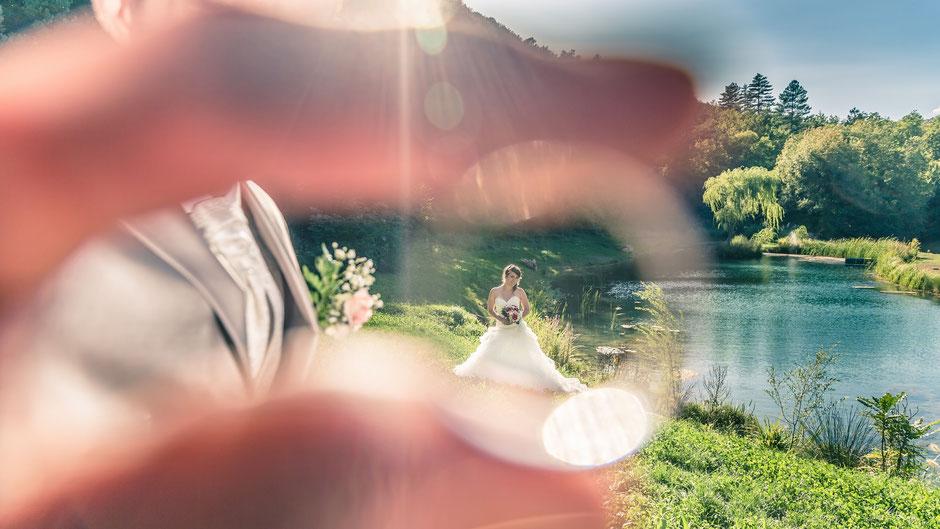 Jeune mariée entourée de la bague de mariage de son mari
