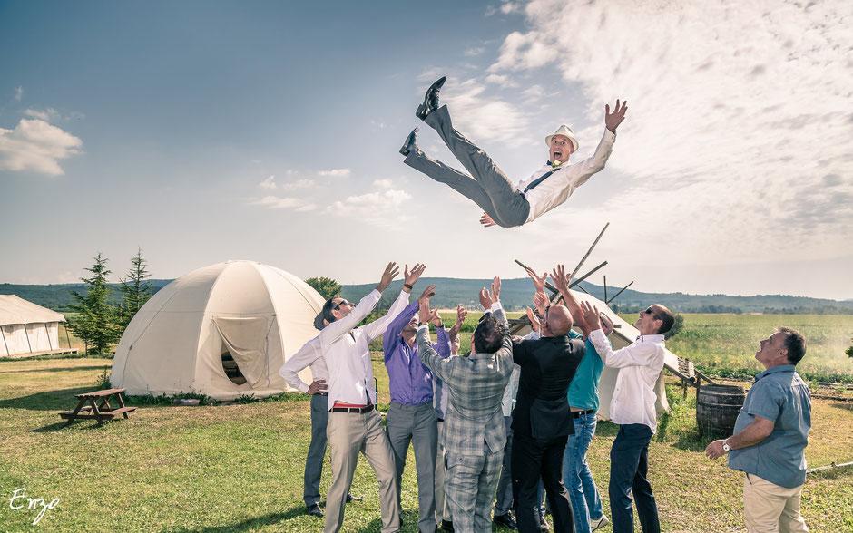 photo de groupe originale - marié dans les airs - les invités l'envoient en l'air