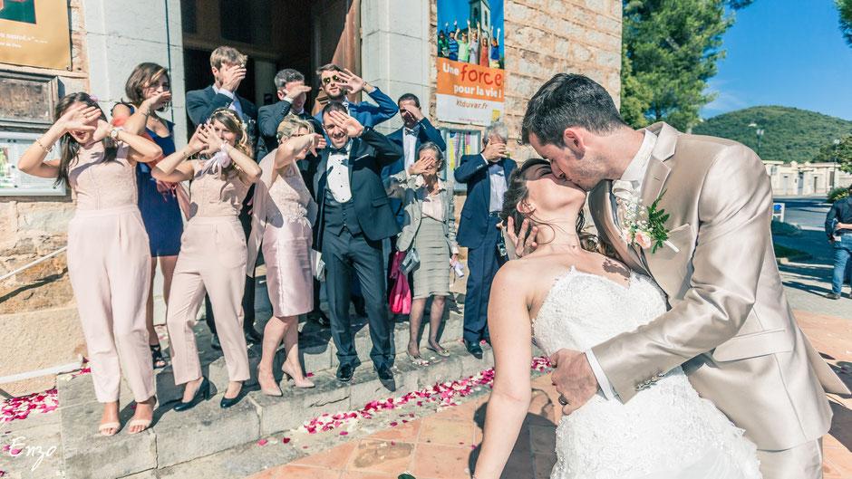 Photo de groupe à la sortie de l'église pour le mariage de Pauline et Bertand