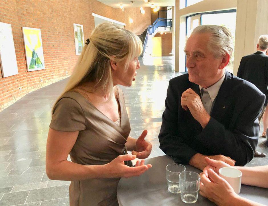Rechtsanwältin Mélanie Scheuermann im Gespräch mit Bischof van Luyn aus Den Haag, ehemaliger Vorsitzender der Bischofskonferenz.