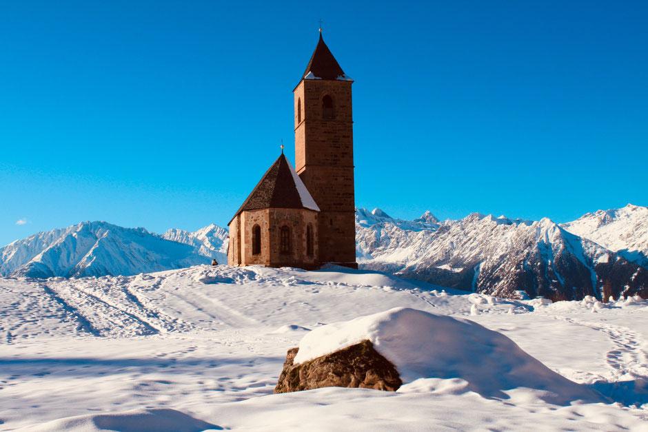 ©Nicole Hacke / St. Kathrein unterhalb der Ortschaft Hafling gelegen
