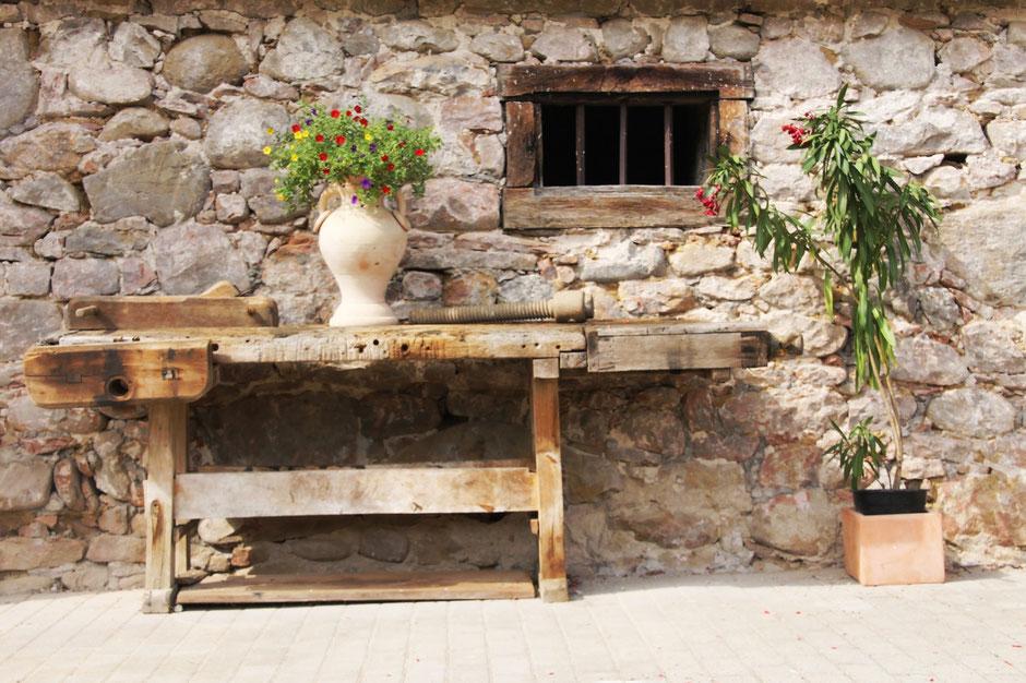 Eine alte Werkbank vor unserem Winzerhof in Gengenbach – genießen Sie die Zeit mit Ihrer Familie in der Ferienwohnung in Gengenbach.