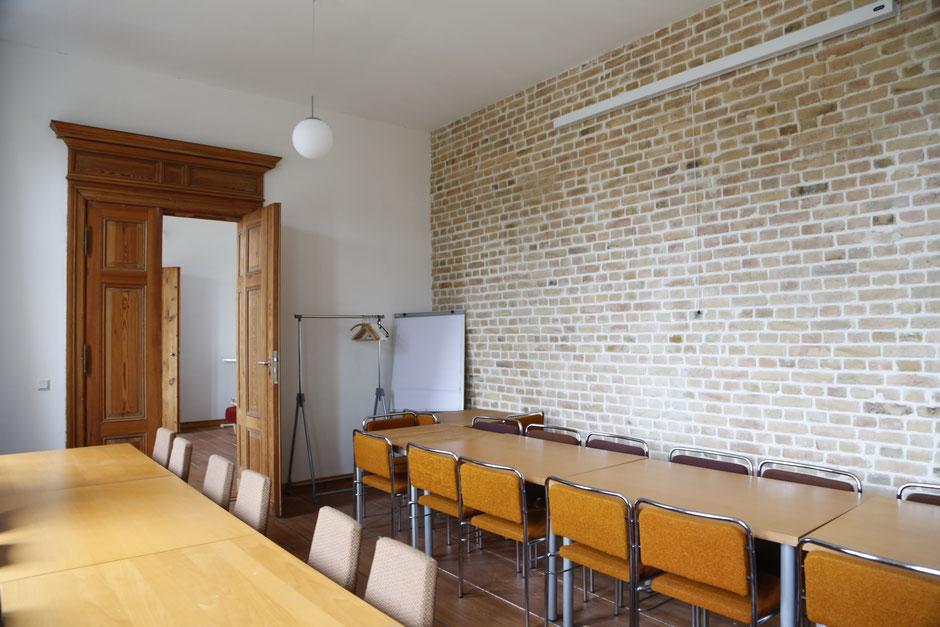 Seminarraum mit Beamer und Flipchart
