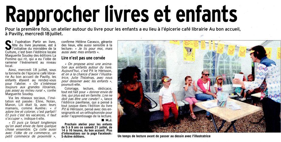 Marguerite Soudey et Jile Thézénas animent un atelier de lecture avec des enfants Au Bon Accueil à Pavilly dans le cadre de l'opération partir en livre