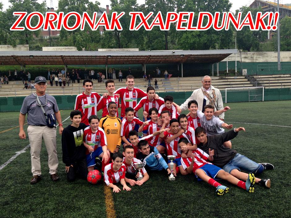 Los futbolistas del Laudio y el cuerpo técnico celebran el triunfo al final del encuentro. Foto: http://www.kultura.ejgv.euskadi.eus