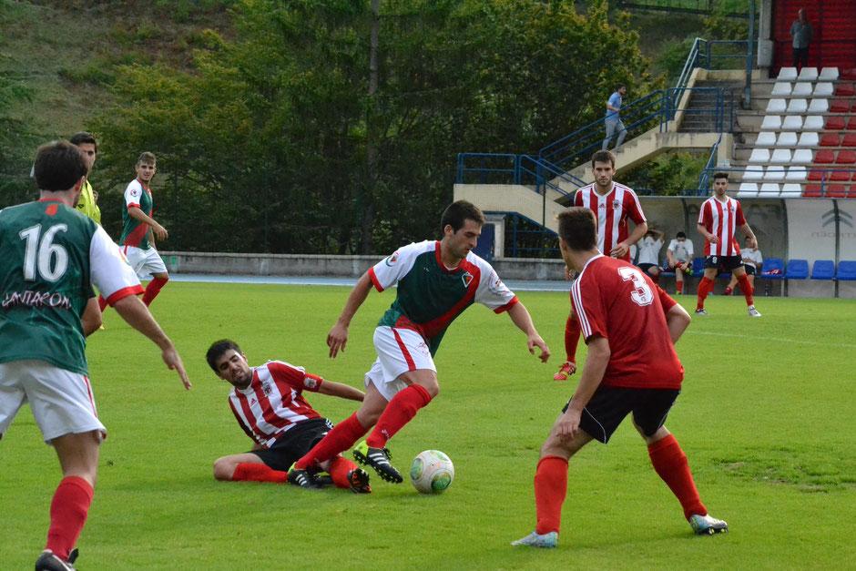 Imagen del partido de la primera vuelta, en el que el Laudio venció por 3-0.