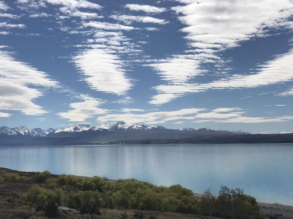 プカキ湖とサザンアルプス。山と湖だけでなく、空の存在感がまたすごい!