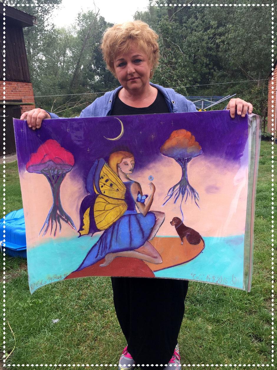 Martina mit einem Gedenkbild an ihre Hündin Coco RIP 14.8.2015, Pastellkreide auf Papier, 70x100cm, 2015