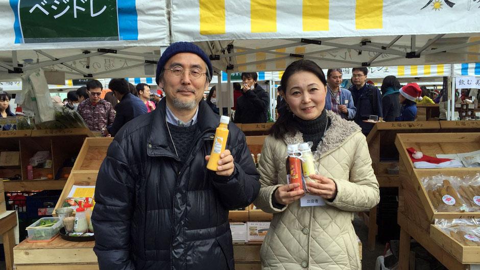 有限会社ブレーントラスト、代表・料理家の小野美穂さん、相談役・アートディレクターの大瀧政喜さんです。ベジドレは野菜が大好きになる魔法のドレッシングです。「お家で食べるごはんは大事です。それを充実させるお手伝いができたらいいと思って、仕事をしています。」