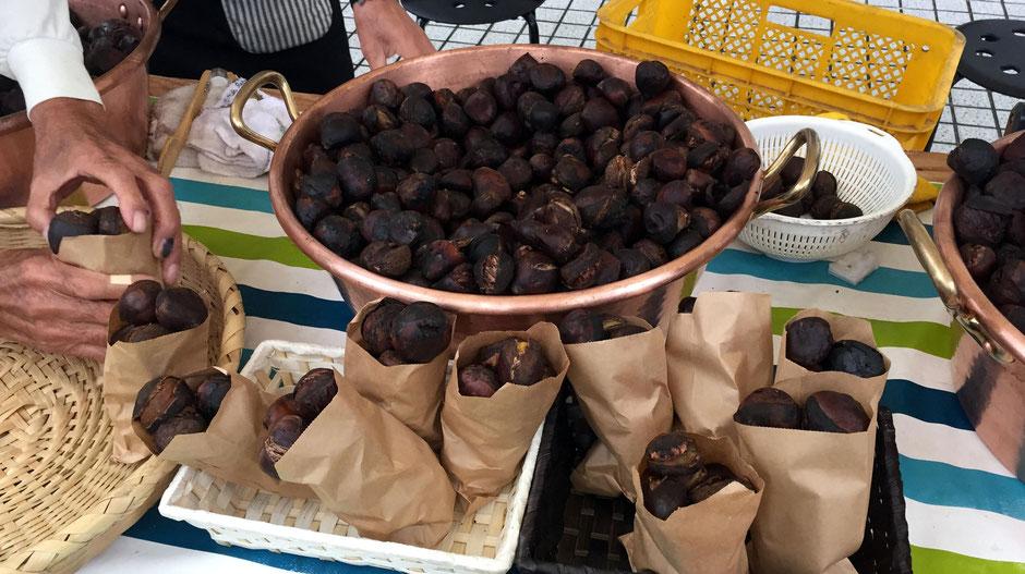 市ノ澤栗園さんの「焼き栗」。秋の味覚に食欲をそそられる。